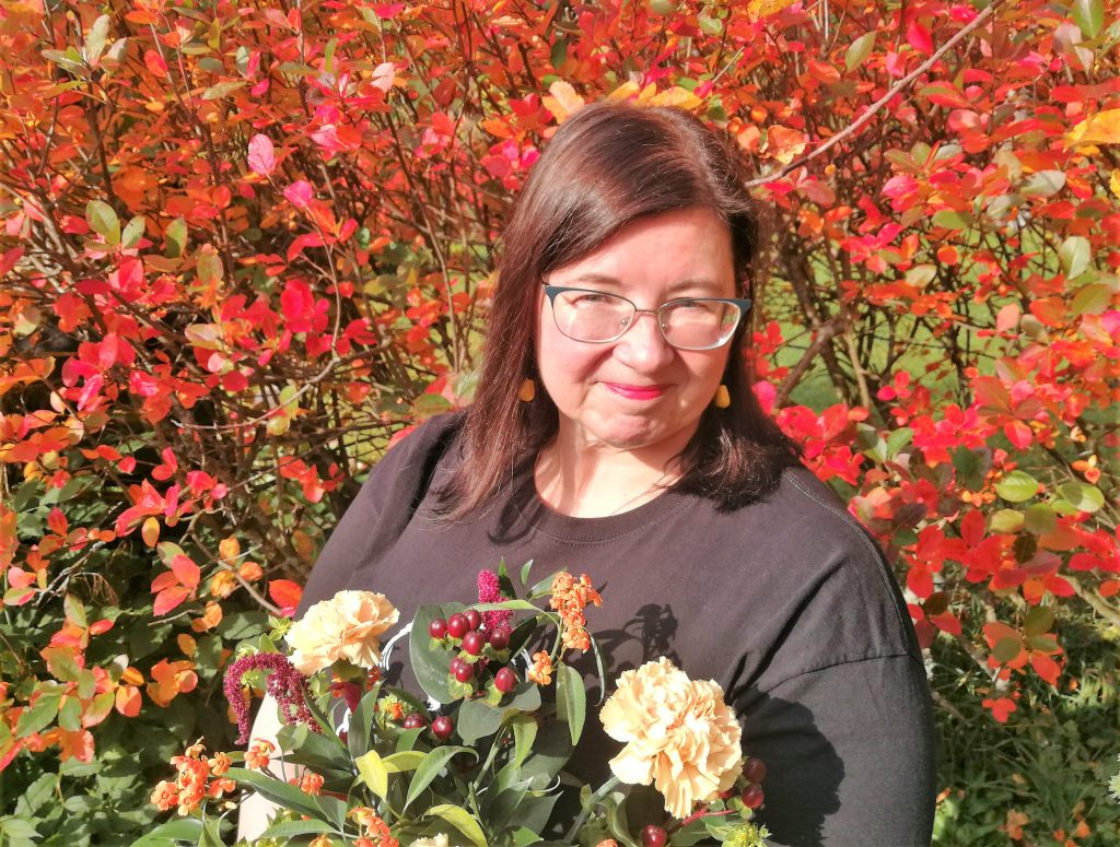 Irma Hirsjärvi kukkien kanssa